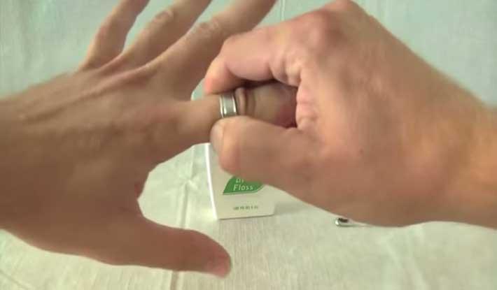 WD-40 ajuda a retirar anel preso no dedo